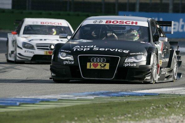 Timo Scheider sitzt wieder in einem schwarzen Auto - Foto: Audi