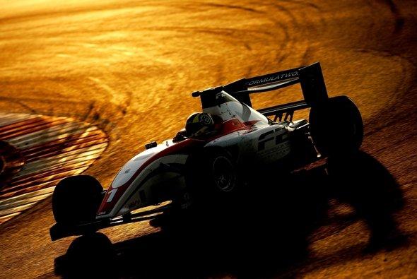 Andy Soucek testete das neue F2-Auto in Portimao. - Foto: Formula Two