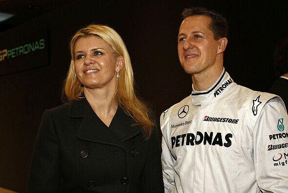 Michael Schumacher und Ehefrau Corinna im Jahr 2010 - Foto: Mercedes