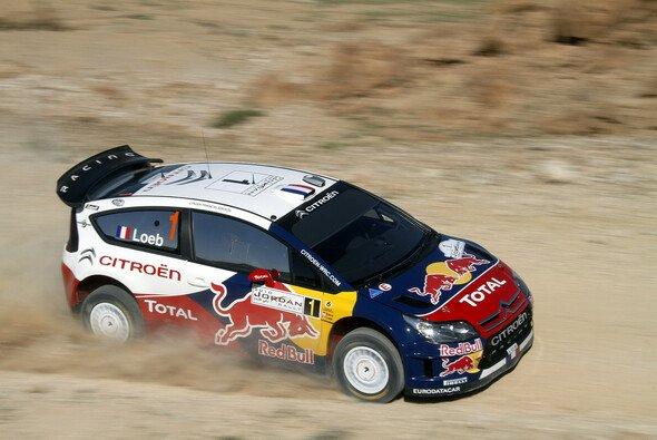 Sebastien Loeb führt in Jordanien. - Foto: Red Bull/GEPA