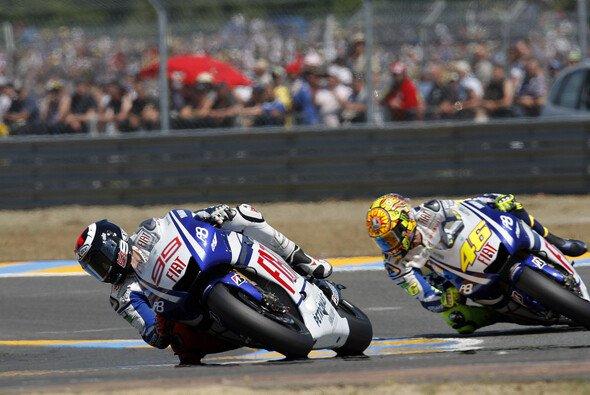 Jorge Lorenzo will Valentino Rossi hinter sich halten - Foto: Milagro