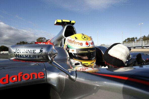 Lewis Hamilton jagt seine Konkurrenten gerne - Foto: McLaren
