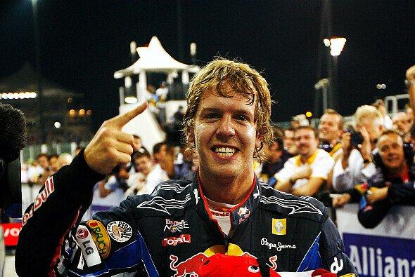 Der Finger von Abu Dhabi: Sebastian Vettel ist am 14.11.2010 am Ziel seiner Träume - Foto: Red Bull/GEPA