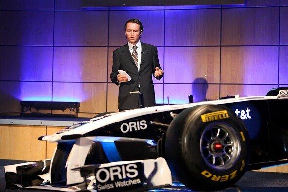 Williams-Technikchef Sam Michael erklärt bei der Präsentation des FW33 den neuen Williams - Foto: WilliamsF1