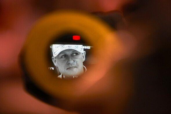 Die Paparazzi versuchen alles, um Schumacher vor die Linse zu bekommen - Foto: Mercedes GP