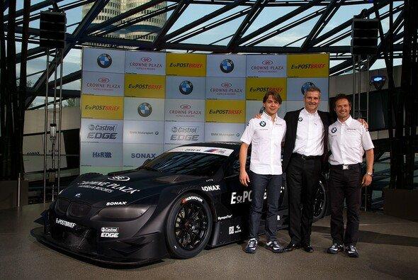 Augusto Farfus und Andy Priaulx posieren zusammen mit Jens Marquardt stolz vor dem neuen M3 - Foto: BMW-Motorsport