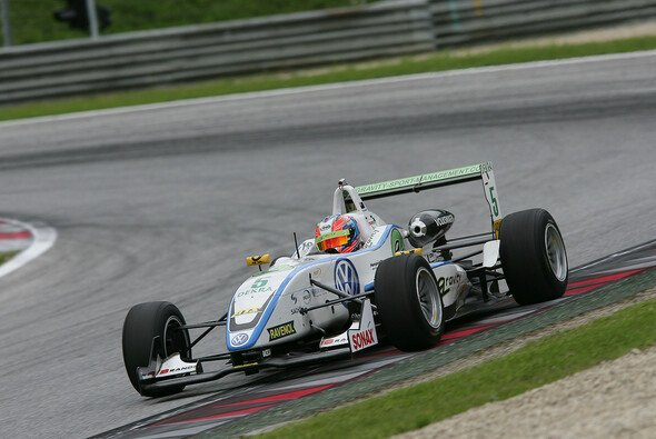 Richie Stanaway wandelte seine Pole in einen Rennsieg um - Foto: Formel 3 Cup