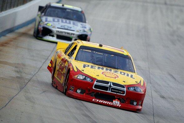 Kurt Busch führt vor Jimmie Johnson - Foto: NASCAR