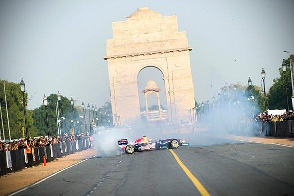 Daniel Ricciardo wirbelte bei einem Showrun in Indien noch mehr Staub auf - Foto: Red Bull