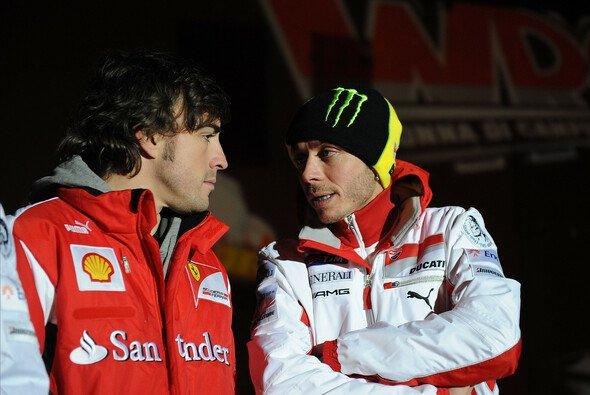 Valentino Rossi drückt Fernando Alonso die Daumen - Foto: Ferrari