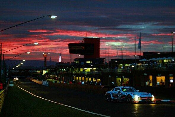 Ein SLS-Mercedes im Abendlicht beim diesjährigen Zwölf-Stunden-Rennen von Bathurst