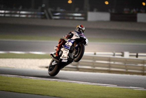Jorge Lorenzo hat die Führung in Katar übernommen - Foto: Yamaha Factory Racing