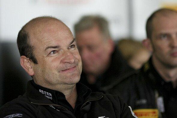 Hans Reiter in der Garage seines Teams bei einem Rennen der FIA-GT-Serie - Foto: SRO