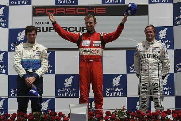 René Rast feierte den Sieg im ersten Rennen beim Saisonauftakt in Bahrain - Foto: Porsche