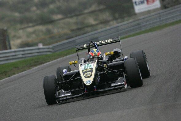 Artem Markelov fährt im Lotus zu seinem zweiten Saisonsieg
