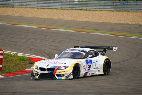 Der BMW Z4 GT3 liegt weiter in Führung - Foto: Sönke Brederlow
