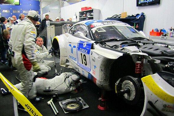 BMW hat die Führung nach einem technischen Defekt an Audi verloren - Foto: Sönke Brederlow