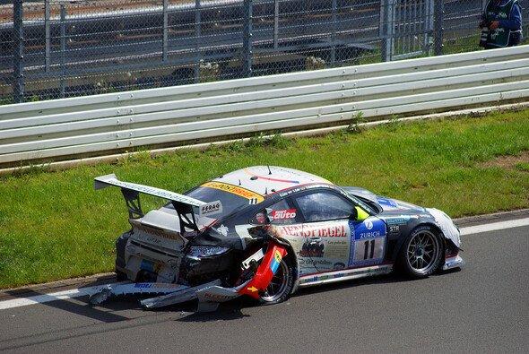 Das 24-Stunden-Rennen endete für Porsche auf der Ziellinie - mit einem Unfall - Foto: Sönke Brederlow