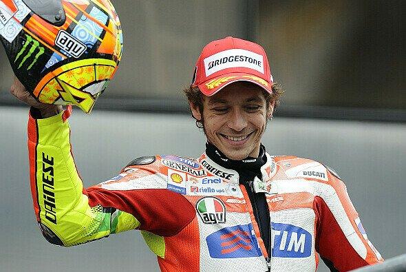 Er genoss seinen Podiumsplatz sichtlich: Valentino Rossi jubelte in Le Mans. - Foto: Bridgestone