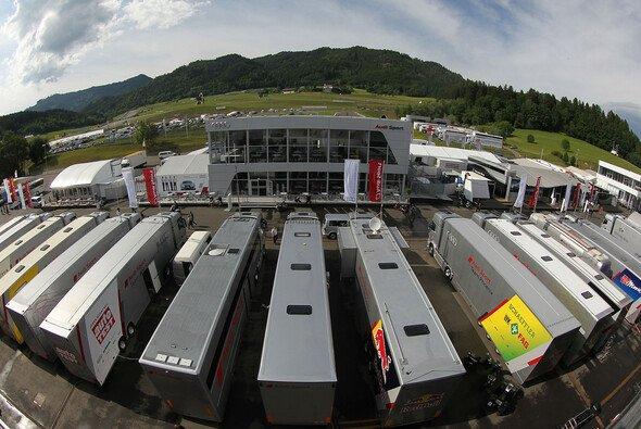 Truck-Parade und Hersteller-Paläste gehörten stets zum Erscheinungsbild der DTM - Foto: Audi