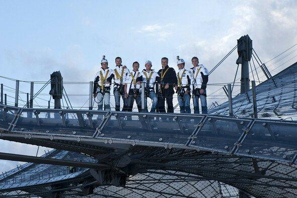 Die BMW-Piloten erkundeten das Dach des Olympiastadions - Foto: BMW