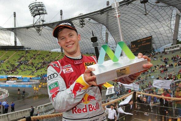 Mattias Ekström feiert den Sieg in München