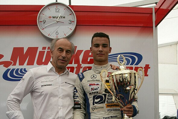 Pascal Wehrlein und Teamchef Peter Mücke feiern den ersten gemeinsam Sieg