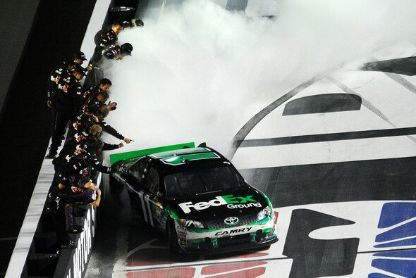Denny Hamlin dreht Donuts nach seinen dritten Saisonsieg