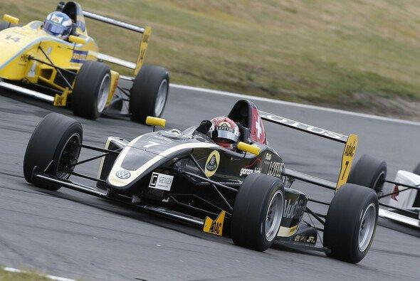 Jeffrey Schmidt feiert auf dem Lausitzring seinen Premierensieg - Foto: ADAC Formel Masters