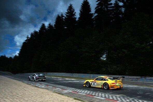 Der VLN-Tross wartet auf die Freigabe des finalen Rennens