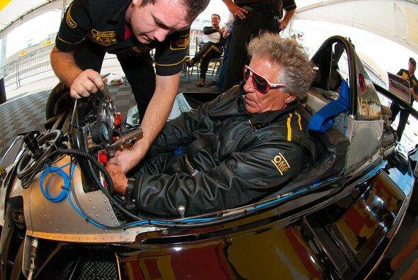 Mario Andretti durchfuhr symbolisch das Band zur Strecken-Einweihung