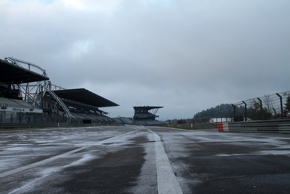 Für Fans und Fahrer gleichermaßen ärgerlich: Wintereinbruch in der Eifel