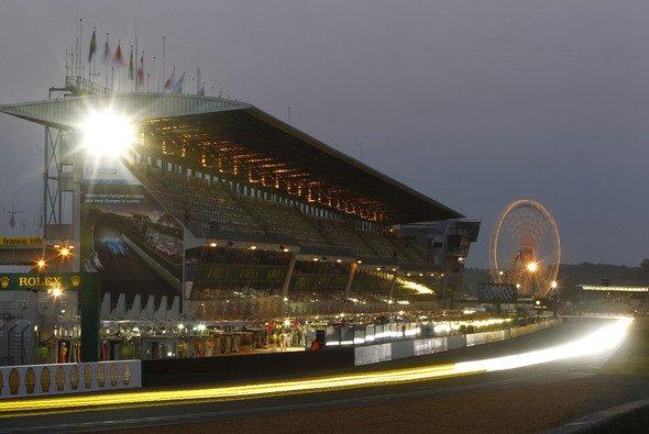 Die Start-und-Ziel-Gerade des Circuit de la Sarthe in diffuses Licht getaucht