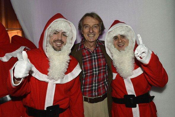 Als Entschädigung für die verpasste WM zwang di Montezemolo Alonso und Massa auf der Ferrari-Weihnachstfeier 2012 ins Santa Claus-Kostüm. Nicht im Bild: Die beiden Pistolen, die er seinen Fahrern in den Rücken drückt - Foto: Ferrari