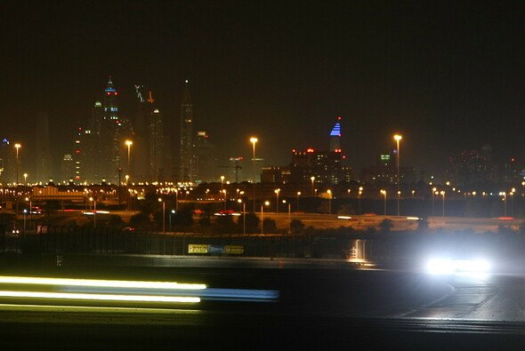 Nächtliche Szenerie bei den 24 Stunden von Dubai 2013