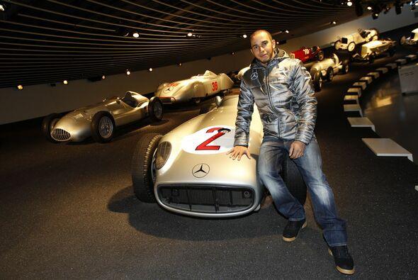 Lewis Hamilton im Mercedes-Benz Museum - Foto: Mercedes
