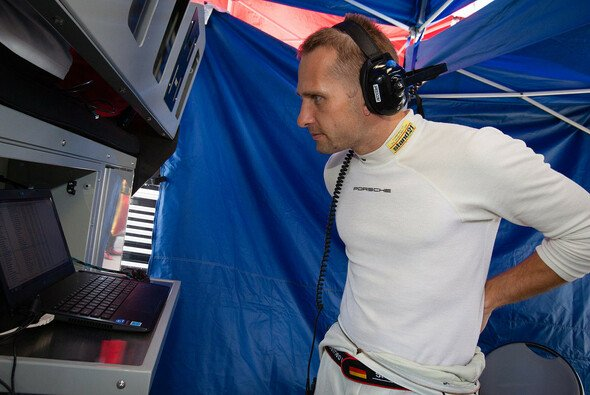 Marco Seefried am Daytona-Kommandostand seines Teams - Foto: Eric Gilbert