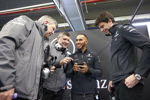 Lewis Hamilton hat seinen Spaß kurz vor dem Start der Testfahrten