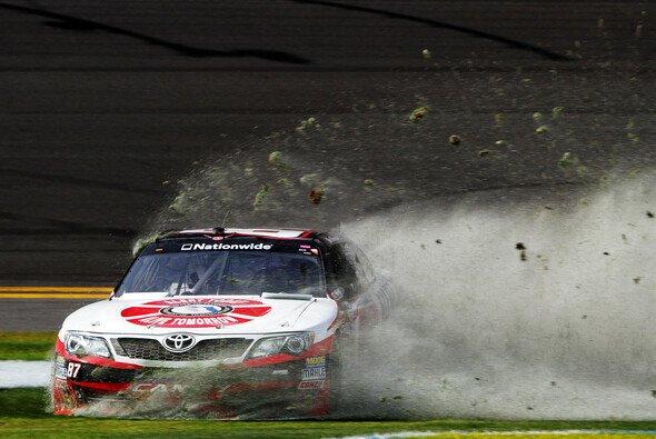 Ein NASCAR-Wagen bei einem Ausrutscher abseits des Asphalts