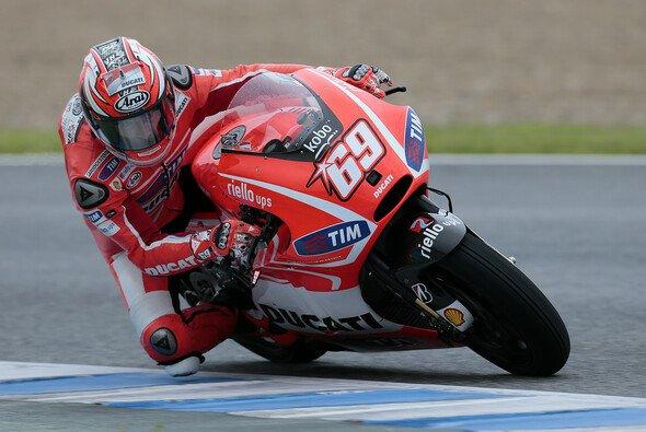 Nicky Hayden arbeitet an der Elektronik und seiner Hand - Foto: Ducati