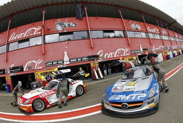 Die Boxenstraße des Circuit Zolder während des FIA-GT-Events 2013