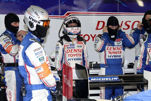 Blick auf den Zeitenmonitor: Anthony Davidson beim Auftakt in Silverstone