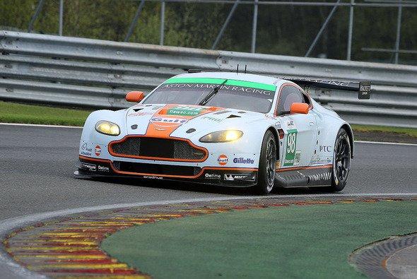 Der Aston Martin V8 Vantage um Bruno Senna auf der Piste in Belgien - Foto: Speedpictures