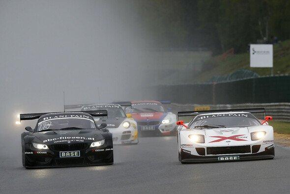 Ein BMW Z4 GT3 beim regnerischen Rennen des ADAC GT Masters in Francorchamps