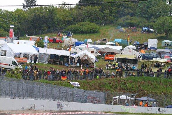 Sie gehören zum 24-Stunden-Rennen, wie der Senf zur Bratwurst: die Fans.