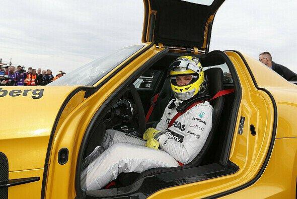 Nico Rosberg raste in einem SLS AMG Black Series über die Norschleife - Foto: Mercedes-Benz