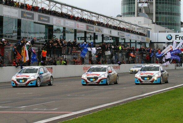 Peugeot fuhr beim 24-Stunden-Rennen einen Dreifach-Sieg ein - Foto: Patrick Funk