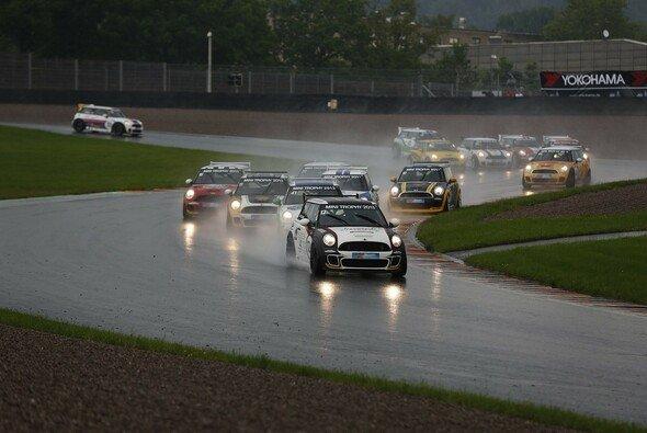 Die MINI Trophy trug bei nasser Strecke heiße Rennen aus