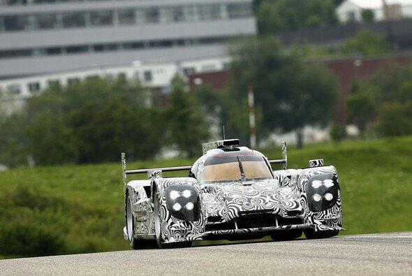 Der neue LMP1-Porsche bei seiner ersten Ausfahrt in Weissach