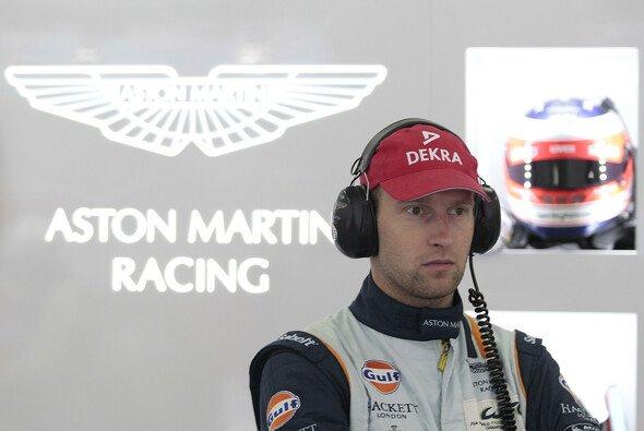 Stefan Mücke in der Box des Aston-Martin-Werksteams - Foto: Alexander Trienitz